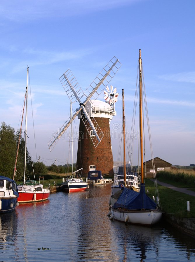 Moulin à vent sur la Norfolk Broads photos libres de droits