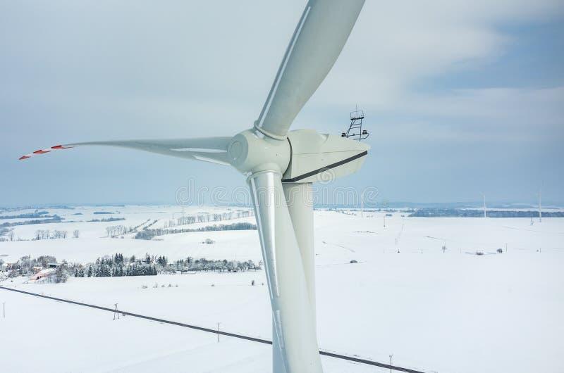 Moulin à vent sur le champ en hiver photographie stock libre de droits
