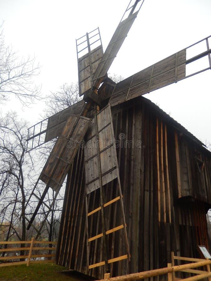 Moulin à vent traditionnel dans le musée national de village, Roumanie images libres de droits
