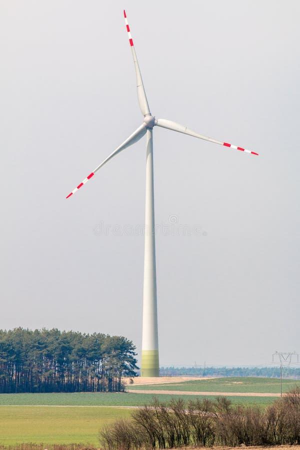 Moulin à vent - une ferme de vent produisant de l'électricité photo libre de droits