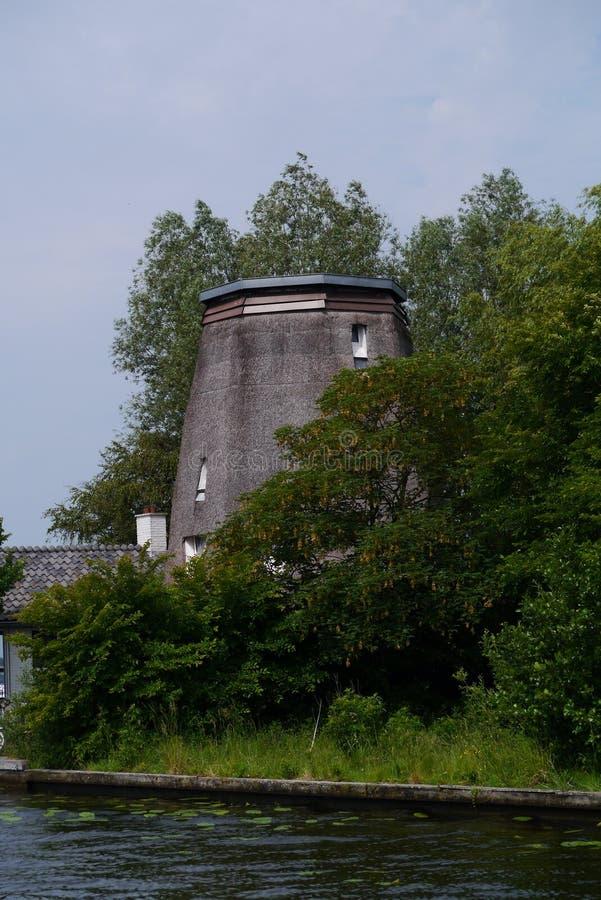 Moulin émoussé près de l'eau photographie stock