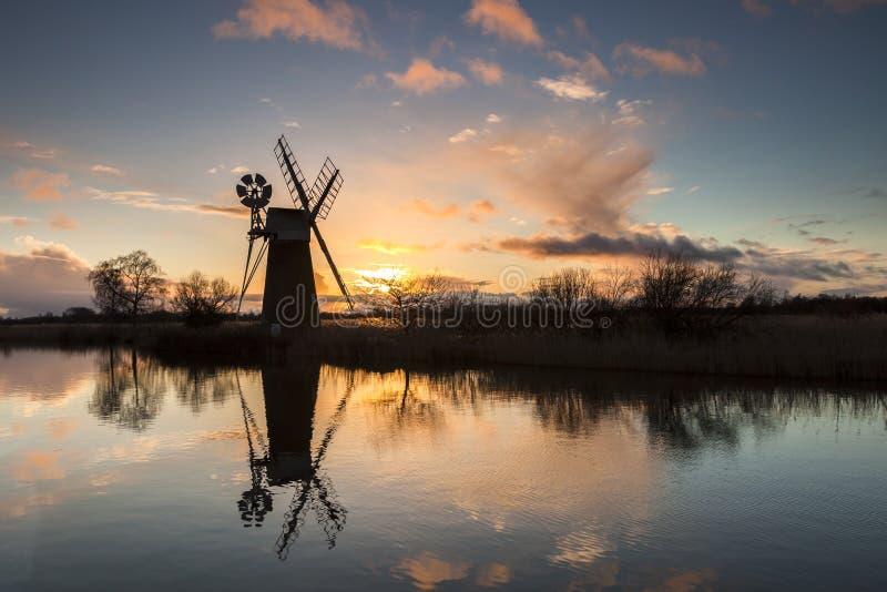 Moulin au coucher du soleil images libres de droits