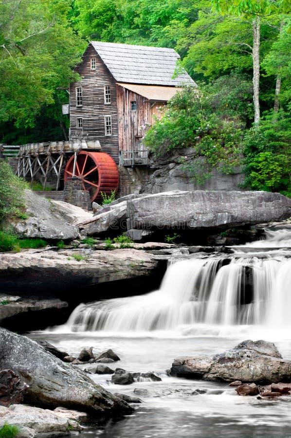 Moulin de blé à moudre de crique de clairière photo stock