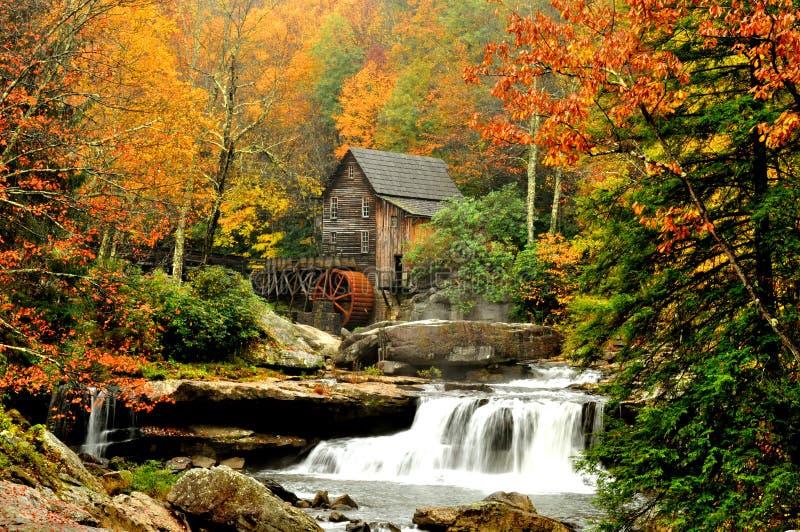 Moulin de blé à moudre entouré par des lames d'automne images stock