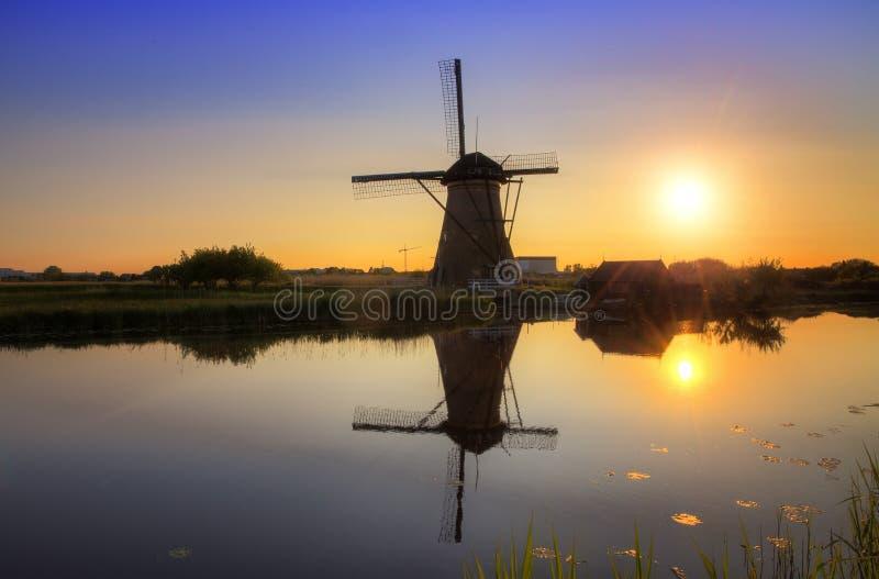 Moulin de coucher du soleil photographie stock libre de droits