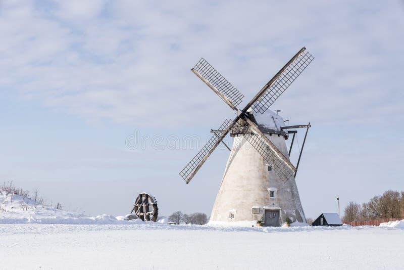 Moulin de grain sur le paysage d'hiver Moulin à vent néerlandais et fond naturel photographie stock