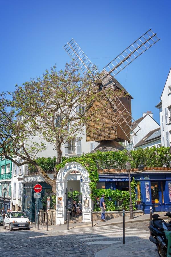 Moulin de la Galette, restaurant célèbre et vieux moulin à vent en bois dans Montmartre, France de Paris photos libres de droits