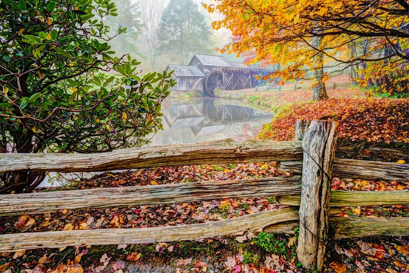Moulin de Mabry sur Ridge Parkway bleu photographie stock