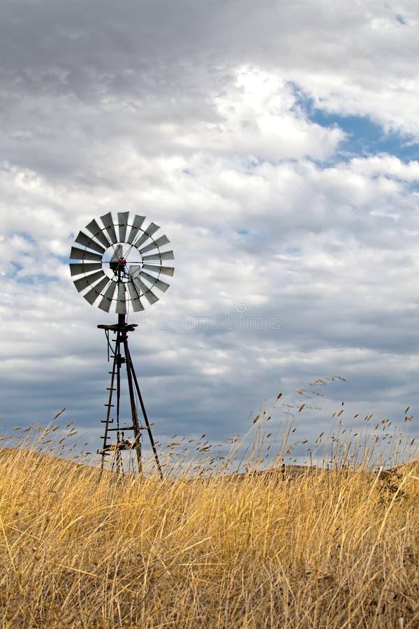 Moulin de vent de vintage en Californie centrale photo libre de droits