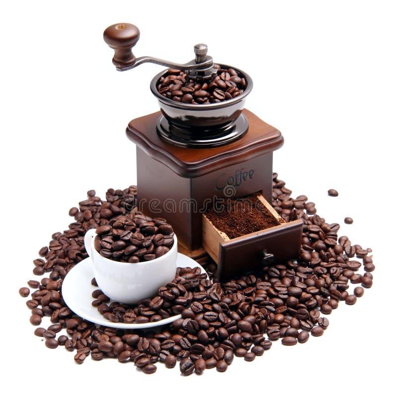 Moulin et cuvette à café avec des grains de café photo stock