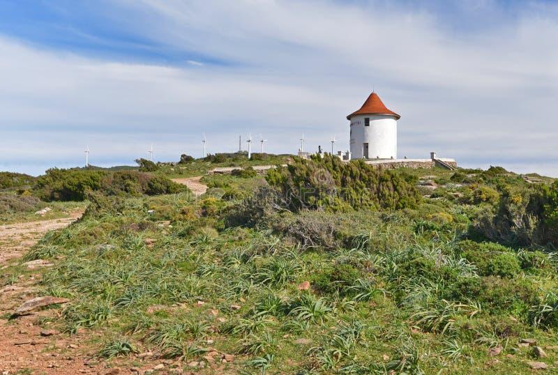 Moulin Mattei na wietrznym wzgórzu zakrywał maquis zdjęcia stock
