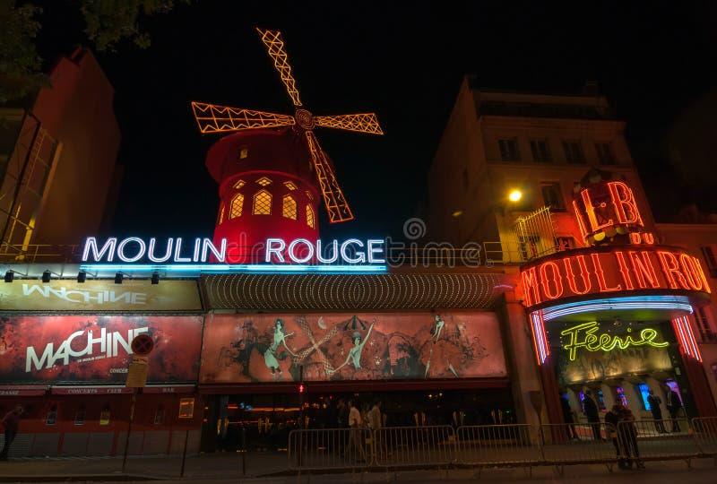 Moulin rouge är en berömd kabaret och thater i Paris, Frankrike royaltyfri bild