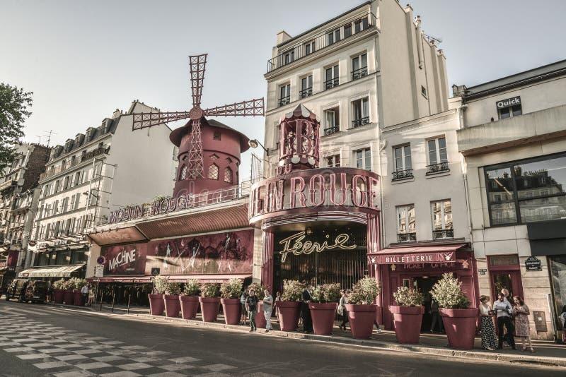 Moulin rouge är en berömd parisisk kabaret arkivfoton