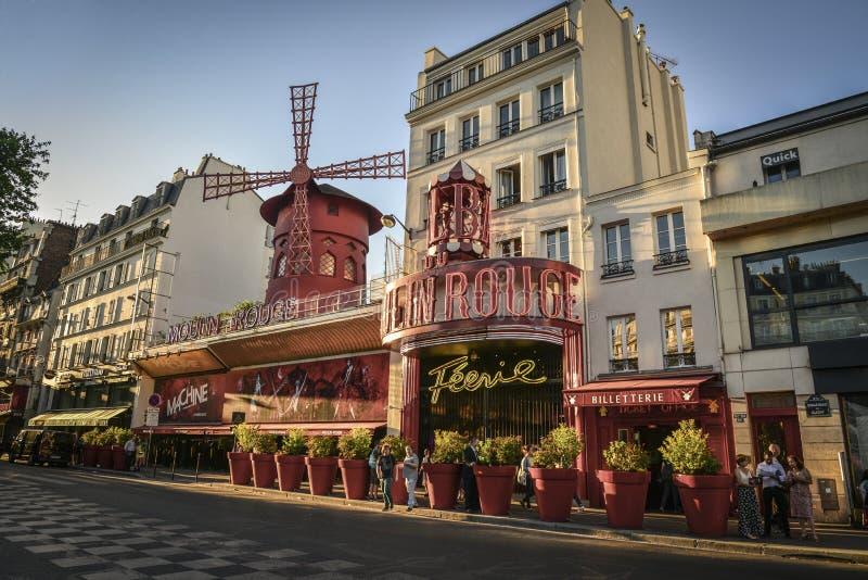 Moulin rouge är en berömd parisisk kabaret royaltyfri fotografi