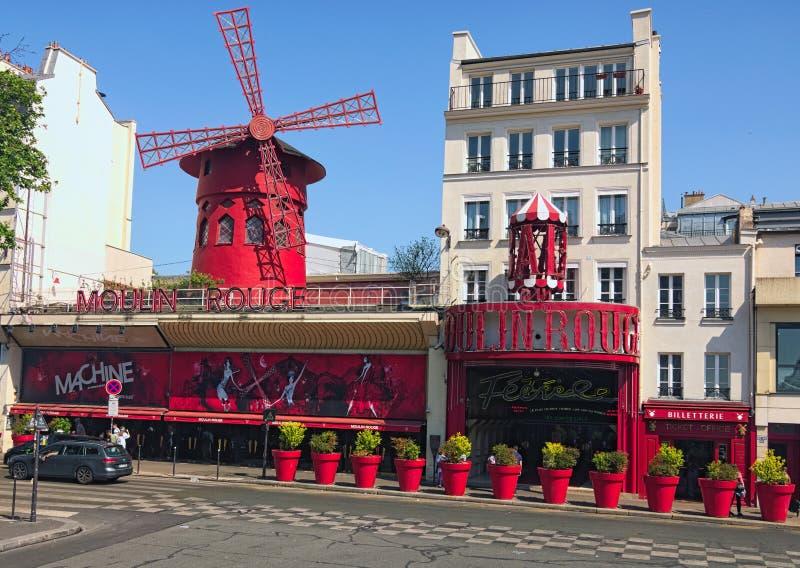 Moulin szminka podczas pogodnego letniego dnia Sławny kabaret w Paryż, lokalizować w czerwone światło okręgu Pigalle fotografia royalty free
