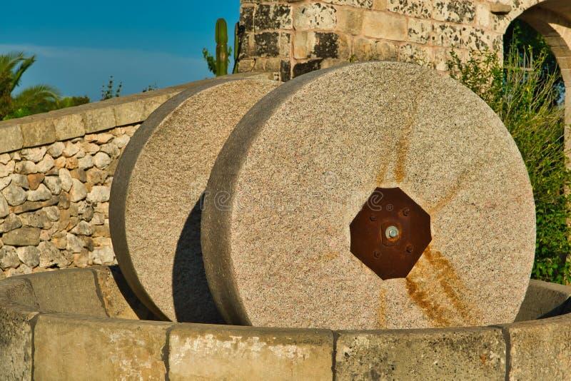 Moulin traditionnel de granit pour presser des olives Ferme typique de Salento, Puglia Italie image libre de droits