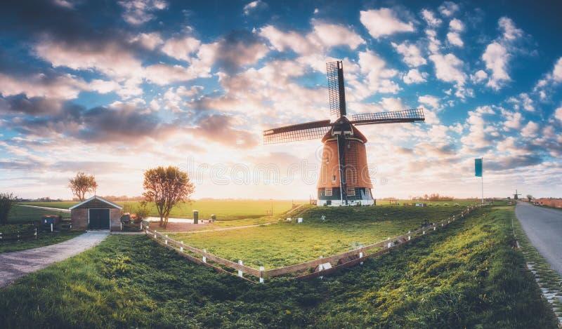 Moulin ? vent au lever de soleil aux Pays-Bas photographie stock