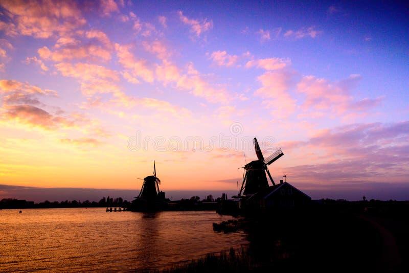 Moulin ? vent n?erlandais au coucher du soleil, Pays-Bas photographie stock