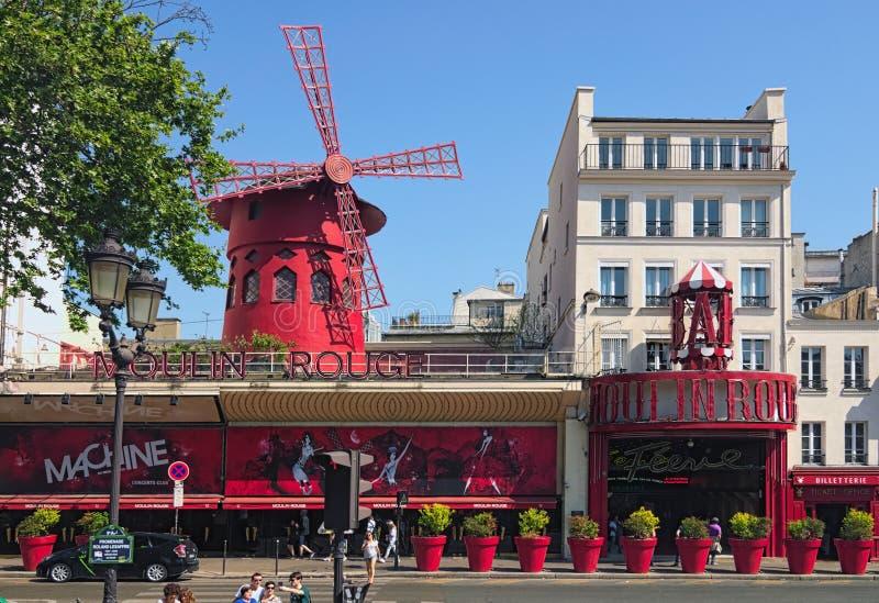Moulinrouge tijdens zonnige de zomerdag Beroemd die cabaret in Parijs, in het rood lichtdistrict wordt gevestigd van Pigalle stock afbeelding
