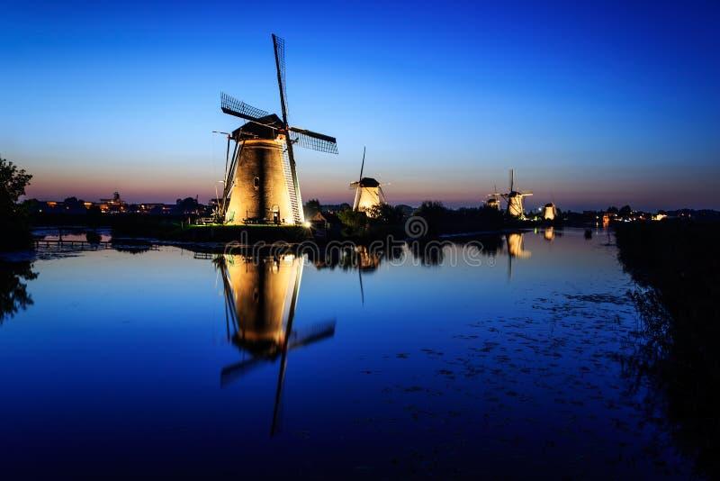 Moulins à vent au crépuscule sous un ciel bleu image libre de droits