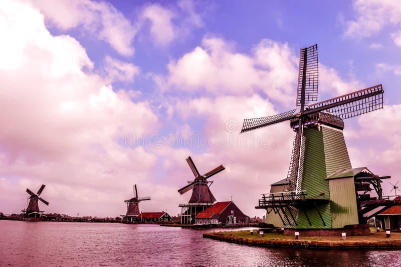 Moulins à vent avec l'eau et le ciel nuageux photo libre de droits