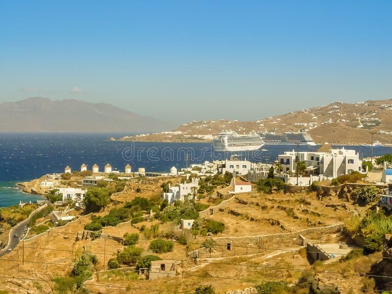 Moulins à vent décoratifs dans Chora, Mykonos avec le Grec traditionnel AR images libres de droits
