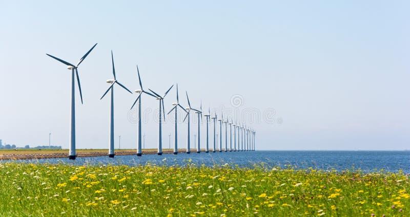 Moulins à vent d'énergie éolienne photographie stock libre de droits