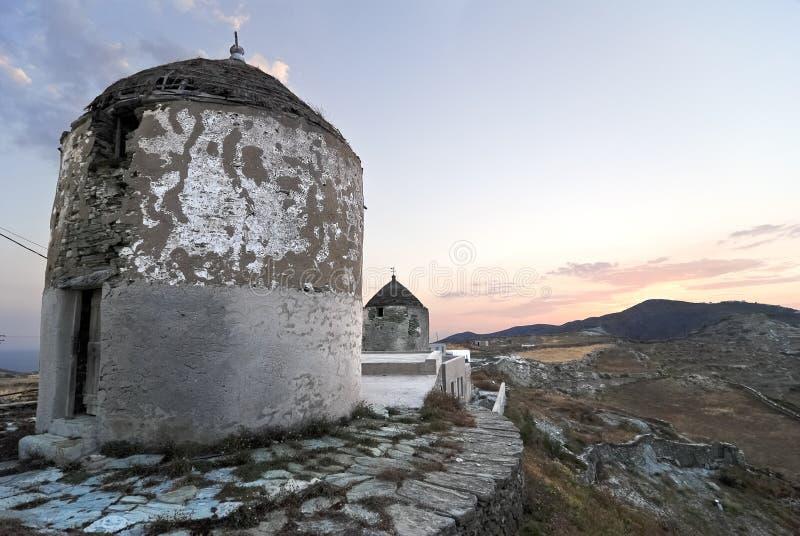 Moulins à vent en île grecque images stock