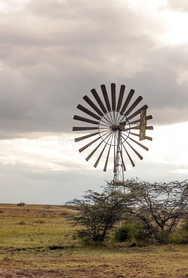 Moulins à vent dans la savane africaine images libres de droits