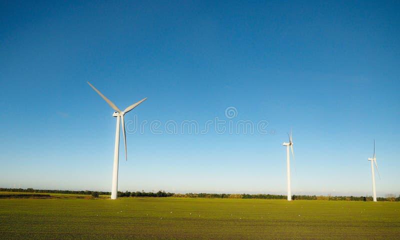 Moulins à vent dans le domaine, Danemark photographie stock