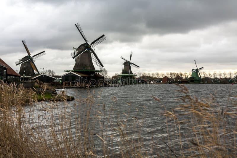 Moulins à vent dans le village Zaanse Schans un jour nuageux d'automne, Pays-Bas photographie stock libre de droits