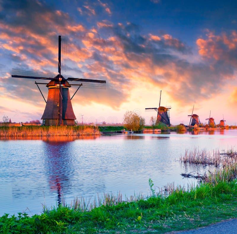 Moulins à vent néerlandais chez Kinderdijk image libre de droits