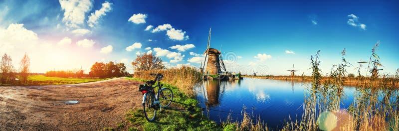Moulins à vent néerlandais traditionnels au jour ensoleillé, Pays-Bas photo libre de droits