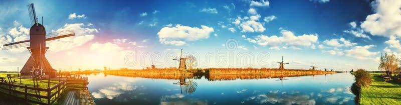 Moulins à vent néerlandais traditionnels au jour ensoleillé, Pays-Bas photo stock