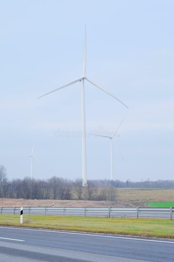 Moulins à vent pour la production énergétique électrique renouvelable images libres de droits