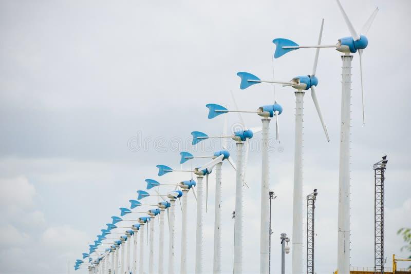 Moulins à vent pour la production énergétique électrique renouvelable dans la ferme de moulin à vent photos libres de droits