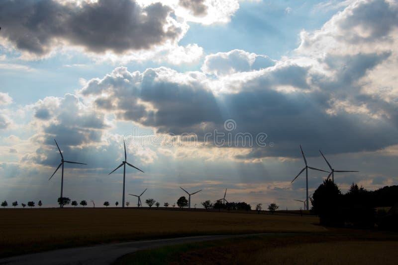 Moulins à vent pour la production d'électricité de renouvellement photographie stock