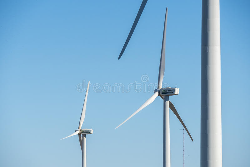 Moulins à vent pour la production de courant électrique, puissance d'eco, turbine de vent photo libre de droits