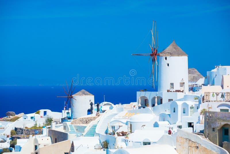 Moulins à vent traditionnels de Santorini, Grèce photographie stock libre de droits