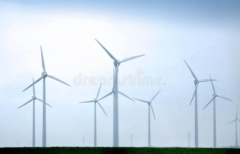 Moulins à vent un jour nuageux images stock