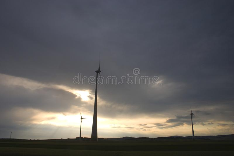 Moulins à vent un jour nuageux au coucher du soleil photo libre de droits