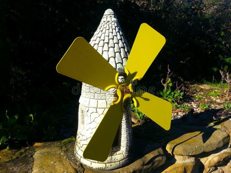 Moulins de décoration dans la pierre blanche et des pelles jaunes photos stock