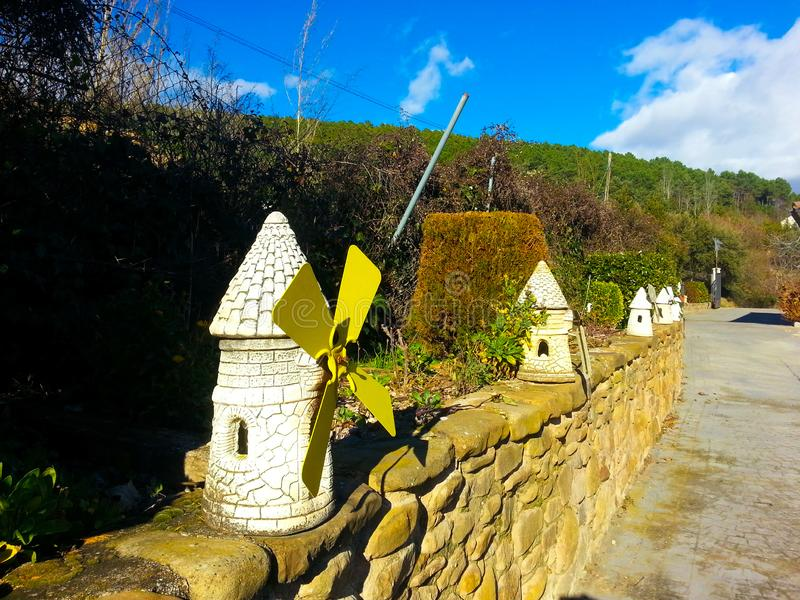 Moulins de décoration dans la pierre blanche et des pelles jaunes images stock