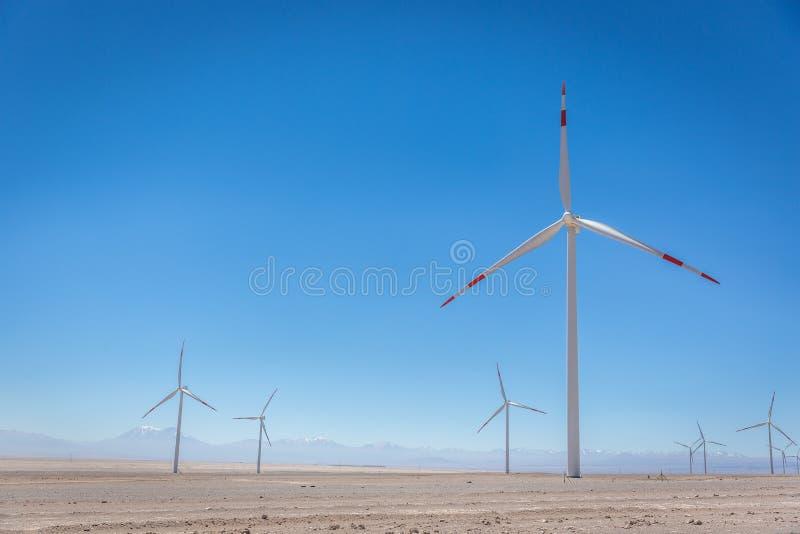Moulins de vent dans le désert d'Atacama aride images libres de droits