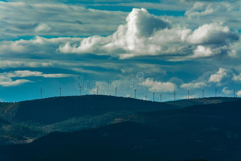 Moulins de vent dans les montagnes photo libre de droits