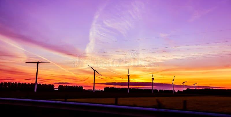Moulins de vent de l'électricité images stock