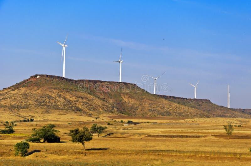 Moulins de vent sur les côtes image stock