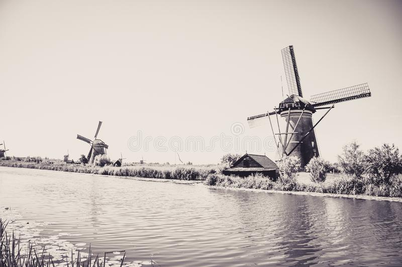 Moulins par la rivi?re dans Kinderdijk image stock