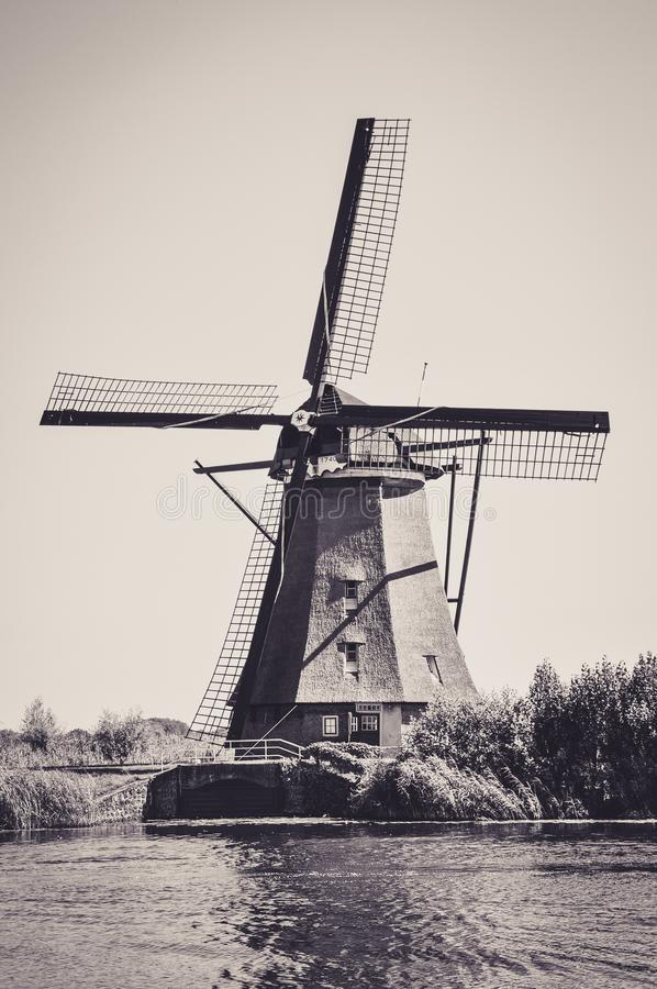 Moulins par la rivi?re dans Kinderdijk photo libre de droits