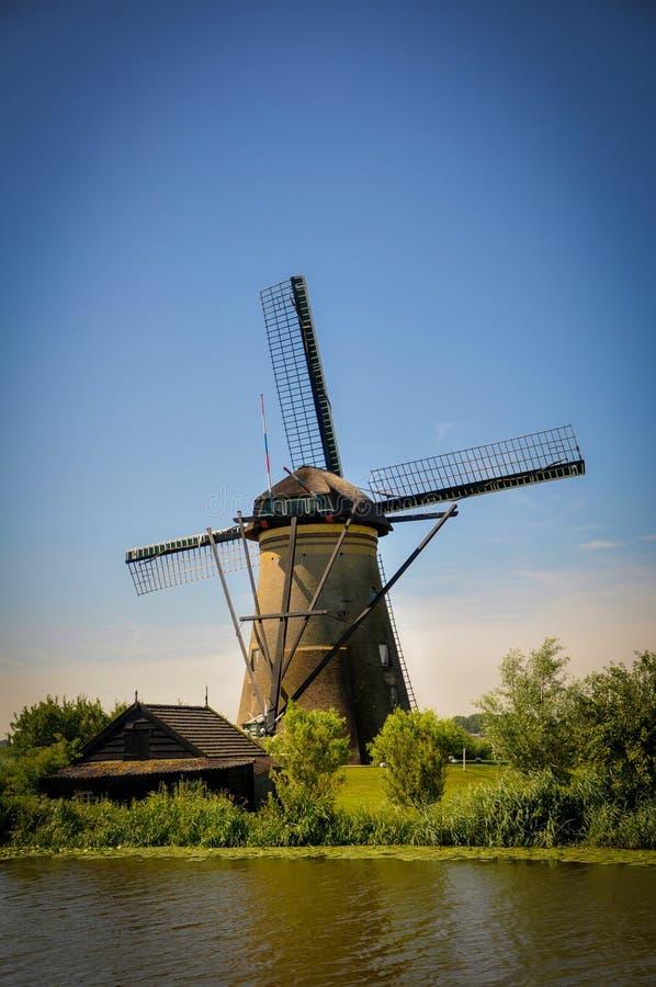 Moulins par la rivi?re dans Kinderdijk image libre de droits